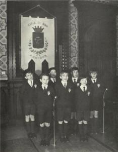Aprile 1971 - i Pueri in visita alla sede municipale di Rho - 'omaggio canoro'al Sindaco.